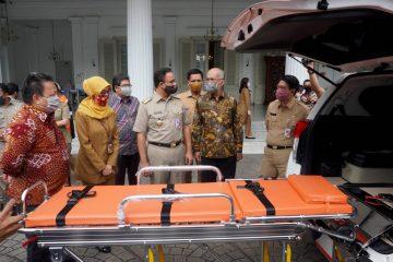 Gubernur DKI Jakarta Anies Baswedan menerima donasi dari TMMIN yang diserahkan oleh Presdir TMMIN Warih Andang Tjahjono/TMMIN